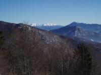 Západní Tatry a Veľký Choč (1608 m), před ním skalnatý Šíp (1170 m)