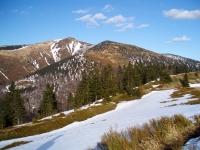 Malý Kriváň a o necelých 140 metrů nižší vrchol Meškalka v popředí