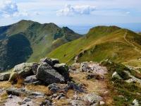 Pohled z úbočí Velkého Kriváně na Malý Kriváň (vlevo) a Pekelník