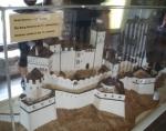 Plastika hradu, zachycující jeho podobu v době, kdy byl největší
