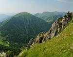 Na Velkém Rozsutci: Stoh a sedlo Medziholie pod ním. V pozadí jihozápadní část hřebene s vrcholy Poludňový grúň, Chleb, Velký a Malý Kriváň