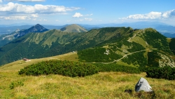 Pohled z Velkého Kriváně - Snilovské sedlo s horní stanicí lanovky. Vrchol vpravo je Chleb, cesta pod ním vede na chatu pod Chlebom. V pozadí Malý a Velký Rozsutec a Stoh.