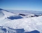 Snilovské sedlo a horní stanice lanovky během výstupu na zimní Chleb.