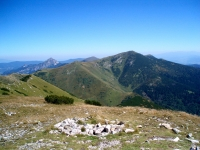 V popředí zleva: poměrně nenápadný vrchol Pekelník, Veľký Kriváň, Chleb. V pozadí zleva: Malý a Veľký Rozsutec a Stoh.
