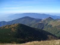 Vrchol Suchý vpravo, vlevo od něho zalesněná Kľačianská magura, v pozadí hřeben Lúčanskej Malej Fatry