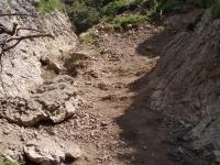Sestup z Malého Rozsutce do osady Podrozsutec začíná nepříjemně klouzajícím kamenitým svahem