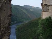 Výhled ze Starého hradu po proudu Váhu. Dole jsou vidět železniční mosty ústící přímo do tunelů pod Domašínským meandrem.