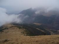 Šútovská dolina z jižní rozsochy Stohu, po které vede zeleně značená cesta do Kraľovan