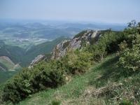 Během stoupání ze sedla Vrata na Stratenec: údolí s obcí Krasňany