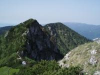 Biele skaly (vlevo) a Suchý (vpravo). V pozadí Lúčanská Malá Fatra